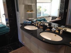A bathroom at Country Lake Villa