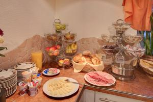 Breakfast options available to guests at Café Pension Alpina