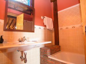 A bathroom at Posada de Peredo y Villa