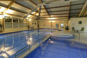 The swimming pool at or close to Best Western Kings Manor