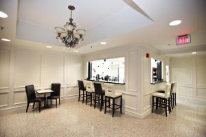 A restaurant or other place to eat at Montecassino Hotel & Suites