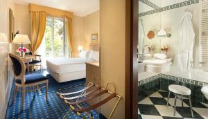A bathroom at Hotel De Londres