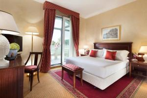 A bed or beds in a room at Hotel De Londres