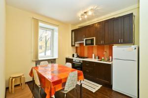 Кухня или мини-кухня в Apartment Kanal Griboyedova
