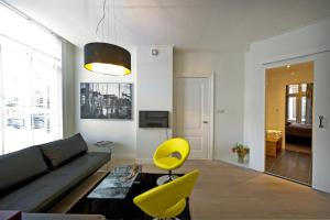 A seating area at Suite aan de A