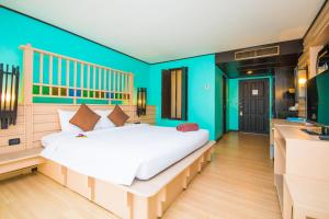 A bed or beds in a room at Phuket Island View