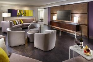 The lounge or bar area at Hilton Long Beach Hotel