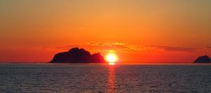 Soloppgangen eller solnedgangen sett fra ferieboligen eller i nærheten
