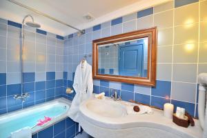 A bathroom at Tamarix Del Mar Suites