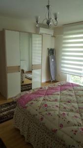 سرير أو أسرّة في غرفة في شقة Tayba