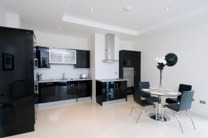 A kitchen or kitchenette at The Western Citypoint Apartments