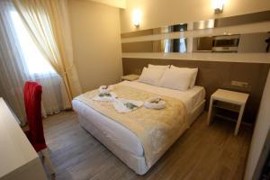 سرير أو أسرّة في غرفة في Tarsus Zorbaz Otel