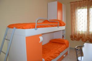 Letto o letti a castello in una camera di Holiday home Villetta Le Dune