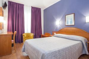 A bed or beds in a room at Hotel Cortes
