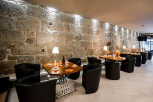 A restaurant or other place to eat at Reis de Gaia
