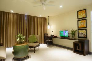 A television and/or entertainment centre at Villa Hue Hotel