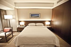 A bed or beds in a room at Four Points by Sheraton Seoul Station
