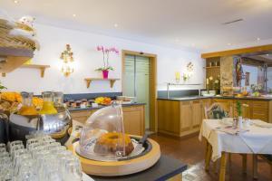 Ein Restaurant oder anderes Speiselokal in der Unterkunft Hotel Huberhof