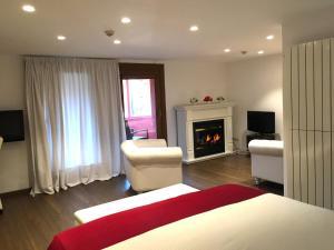 Una televisión o centro de entretenimiento en Hotel Del Lago