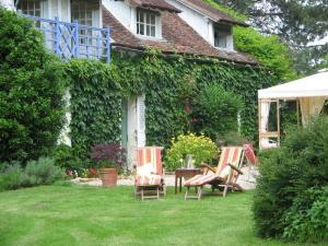 A garden outside Le Canard Au Parapluie Rouge