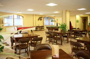 A restaurant or other place to eat at Apartaments Turistics Sant Roma