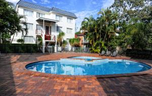 The swimming pool at or near Earls Court Motel & Apartments