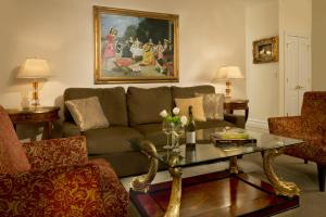A seating area at The Kimberly Hotel & Suites