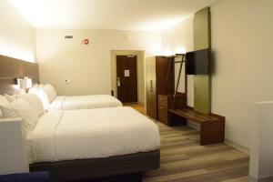 Ein Bett oder Betten in einem Zimmer der Unterkunft Holiday Inn Express & Suites Lexington Park California