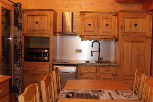 A kitchen or kitchenette at Le Chalet d'Ulysse