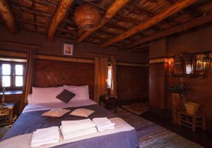 Een bed of bedden in een kamer bij Kasbah Tebi