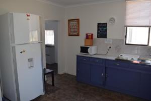 A kitchen or kitchenette at Aly's Cottage