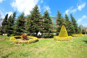 Um jardim em Masalli Hotel & Restaurant