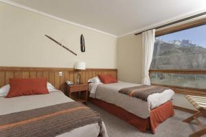 A bed or beds in a room at Hotel Las Torres Patagonia