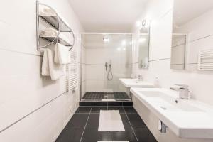 A bathroom at Les Appartements Paris Clichy
