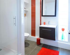 A bathroom at La Campagne à Paris B&B
