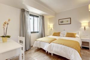 Een bed of bedden in een kamer bij Grupotel Mar de Menorca