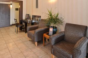 A seating area at Red Lion Inn & Suites Denver Airport