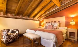 A bed or beds in a room at Izan Puerta de Gredos