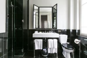 A bathroom at Hotel Montefiore