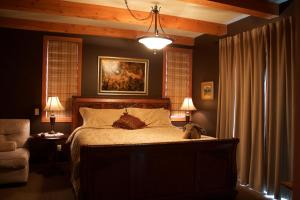A bed or beds in a room at Windborne Bed & Breakfast