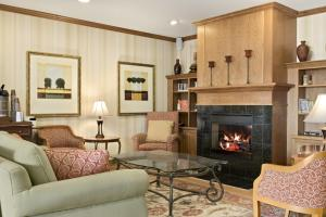 A seating area at Country Inn & Suites by Radisson, Peoria North, IL