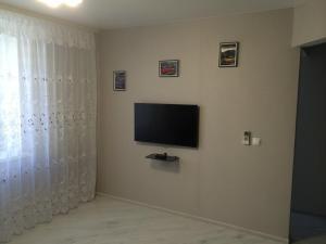 Телевизор и/или развлекательный центр в Apartment On Parkovaya