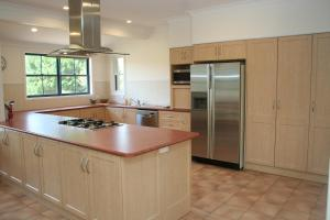 A kitchen or kitchenette at Kia Ora Lookout Retreat