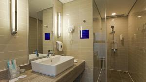 A bathroom at Holiday Inn Express Xi'an High-Tech Zone, an IHG Hotel