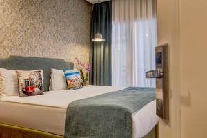 A bed or beds in a room at Sometimes Hotel Taksim