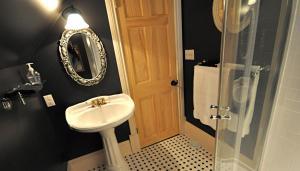 A bathroom at Creighton Manor Inn Bed & Breakfast