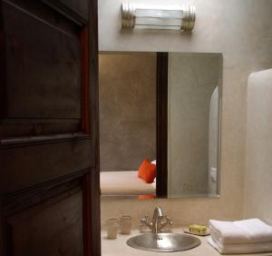 A bathroom at Riad Dar Selen