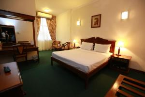 A bed or beds in a room at Hotel Sapphire