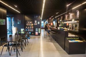 Ein Restaurant oder anderes Speiselokal in der Unterkunft Antwerp Central Youth Hostel
