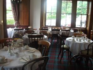 A restaurant or other place to eat at Woodside Hotel